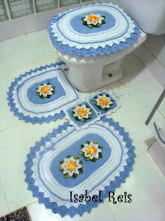 Jogo de banheiro de crochê azul com flores.