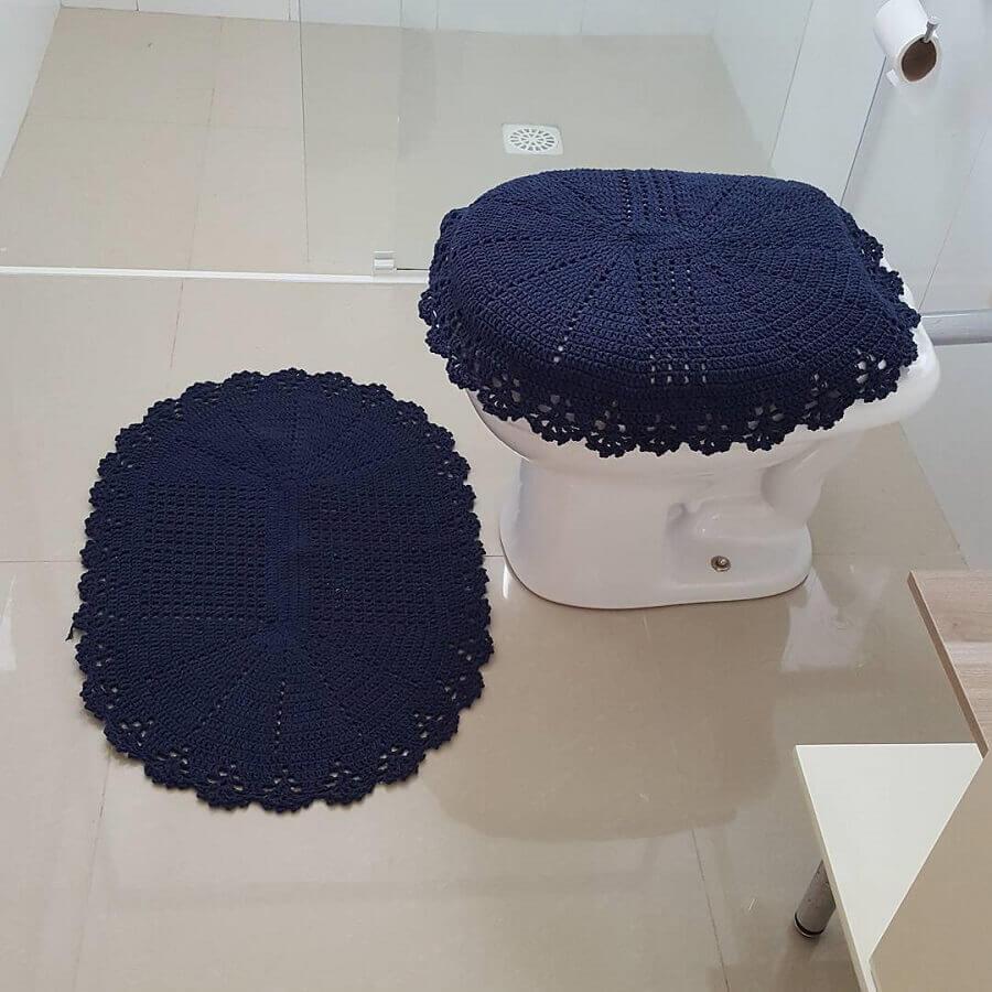 Jogo de banheiro de crochê azul escuro.