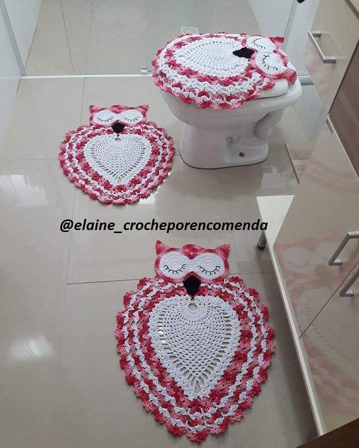 Vaso sanitário decorado com capa e tapete de coruja.
