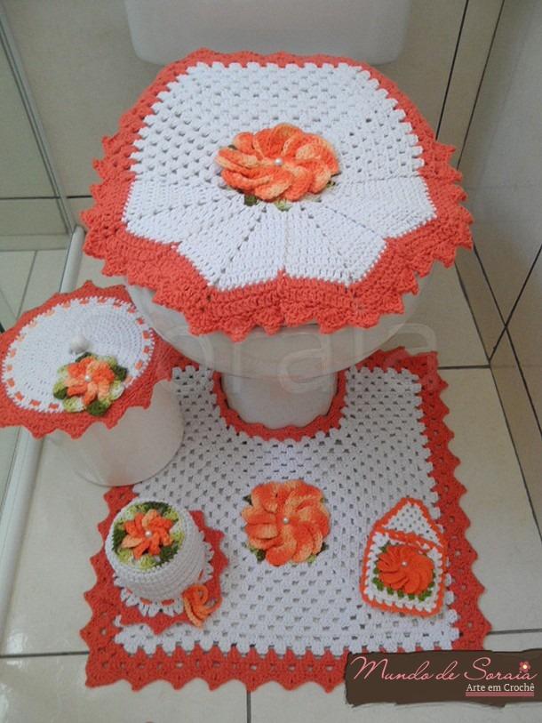 Vaso sanitário decorado com capa e protetor branco e laranja.