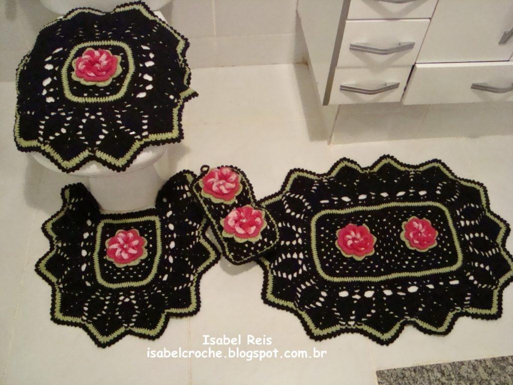 Jogo de crochê preto com flores.