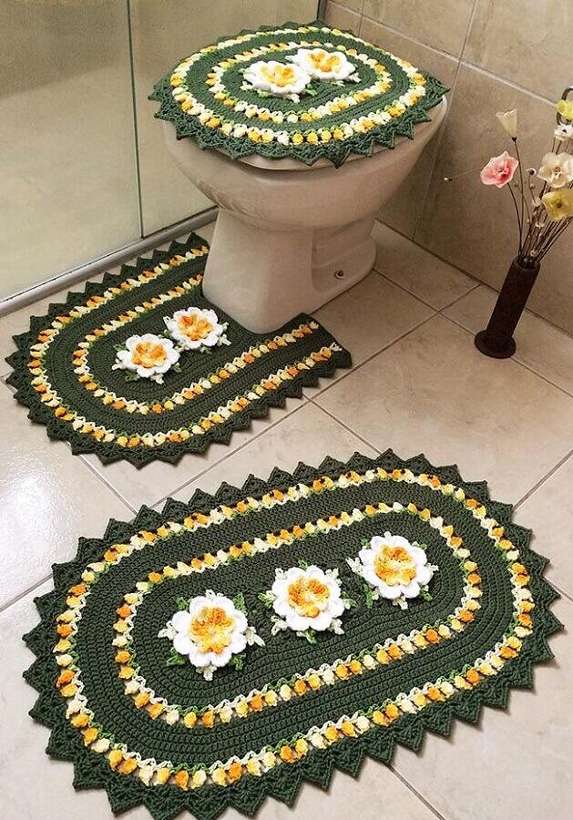Jogo de banheiro de crochê verde e amarelo com flores.