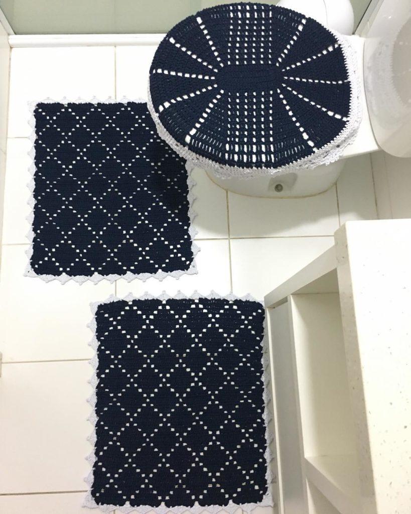 Jogo de banheiro de crochê  azul escuro e branco.