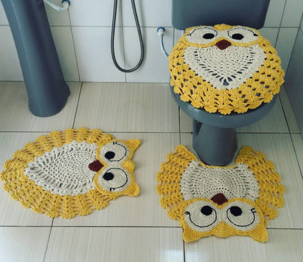 Jogo de banheiro de crochê coruja amarelo.