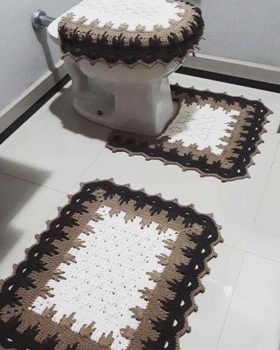 Vaso sanitário decorado com capa e tapete simples.