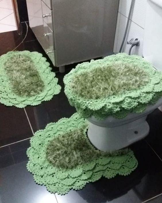 Jogo de banheiro de crochê rendado verde.