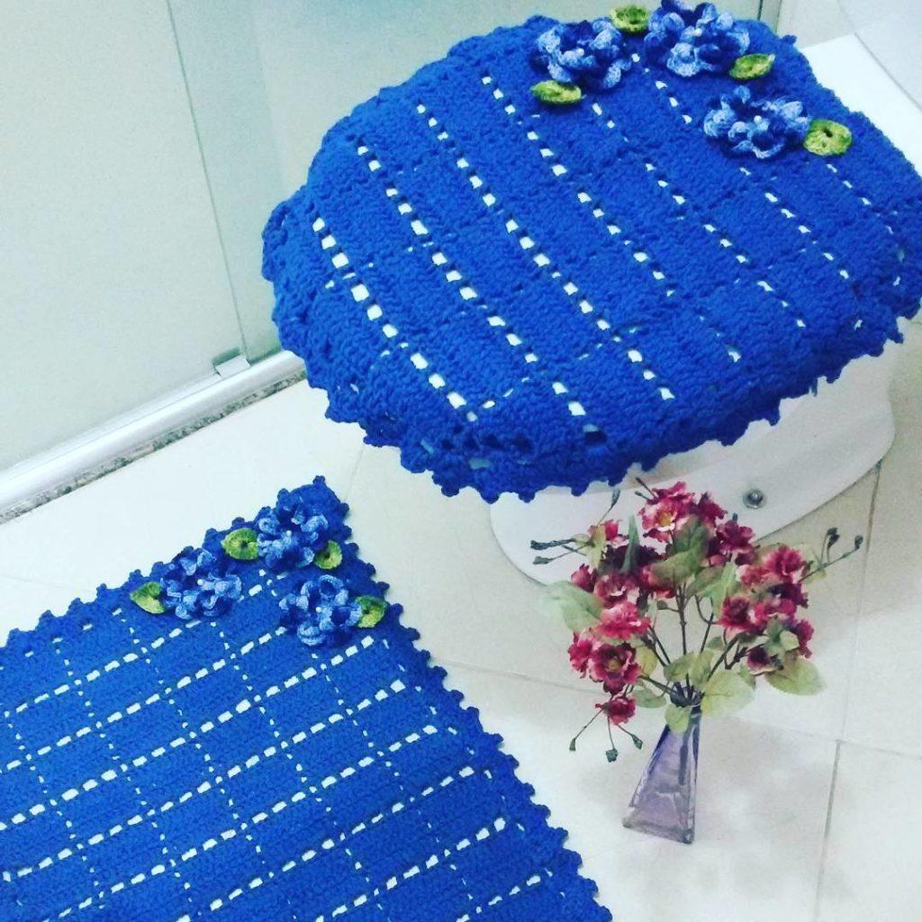 Jogo de banheiro de crochê azul.