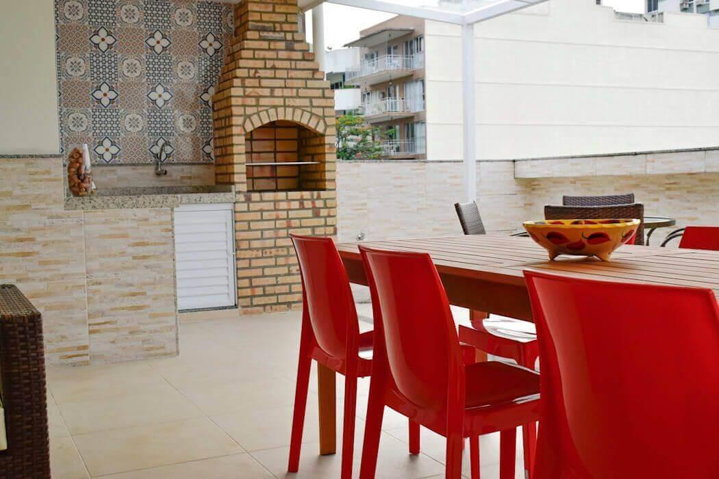 Modelo de churrasqueiras de alvenaria com parede de azulejo decorado.