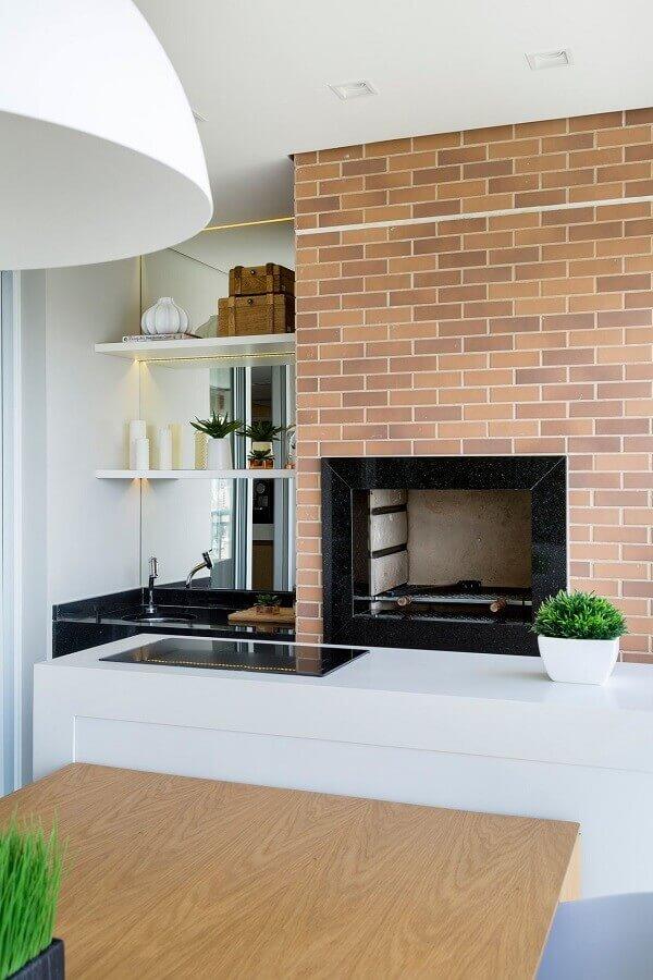 Modelo de churrasqueiras pré-moldada na cozinha moderna com cooktop.