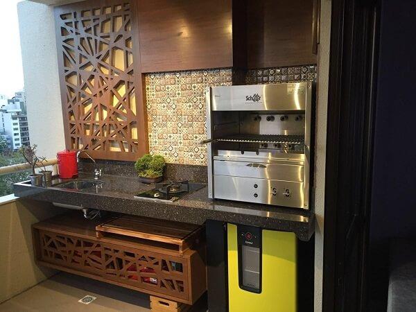 Modelo de churrasqueiras a gás na cozinha moderna com adega.