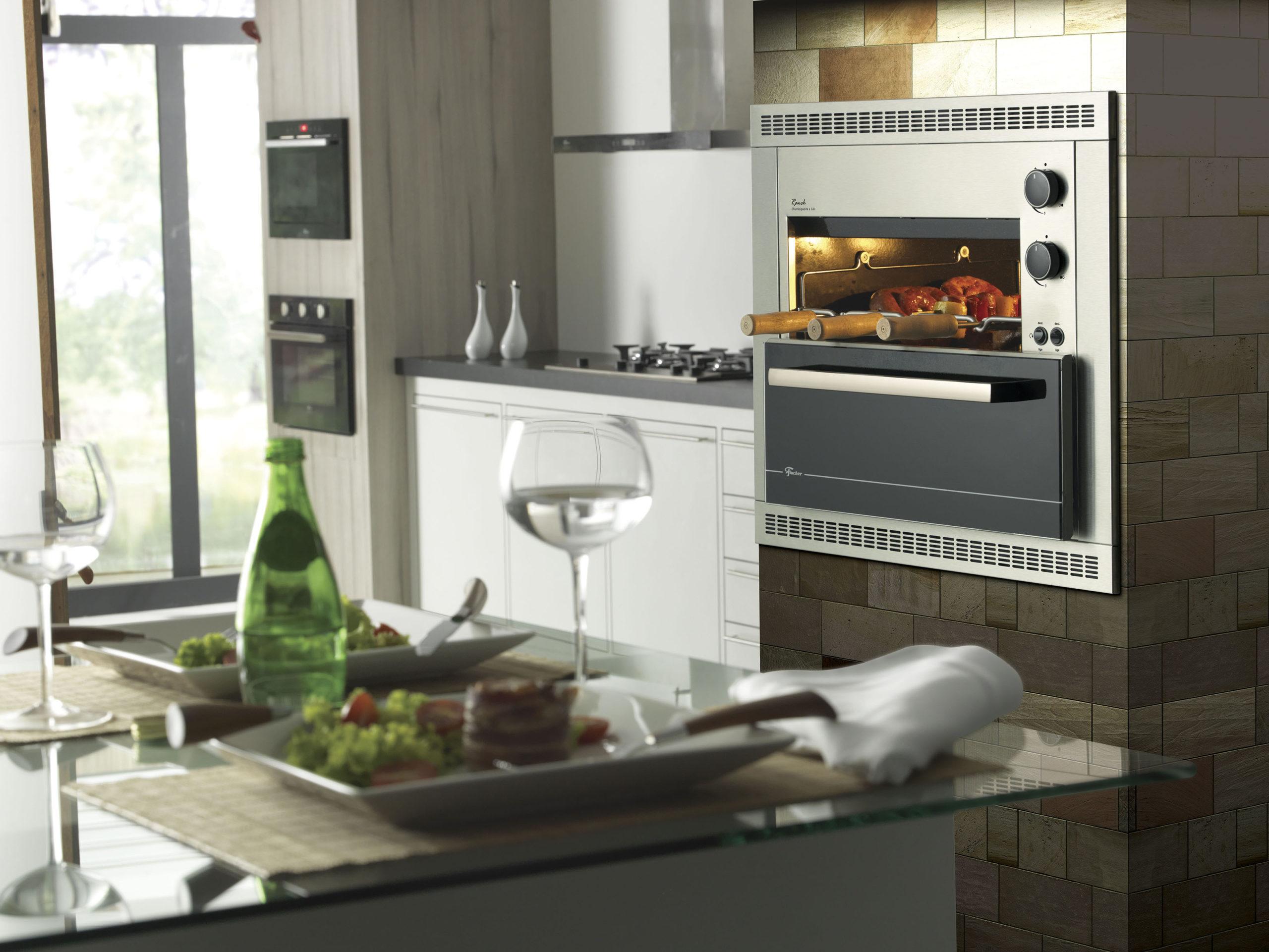 Modelo de churrasqueiras a gás na cozinha luxuosa.