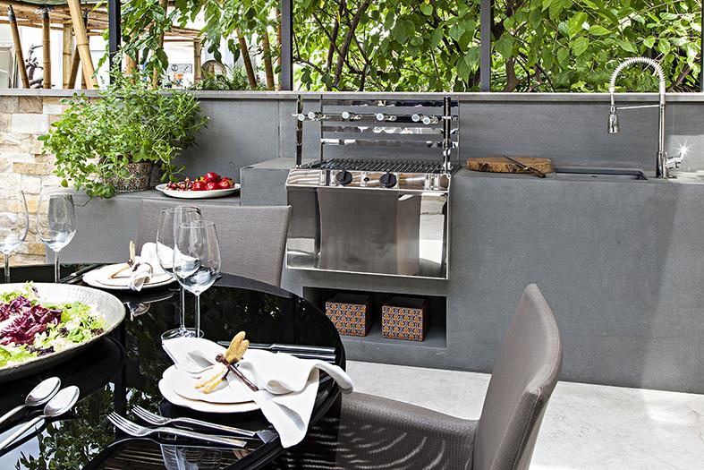 Modelo de churrasqueiras a gás na cozinha aberta e elegante.