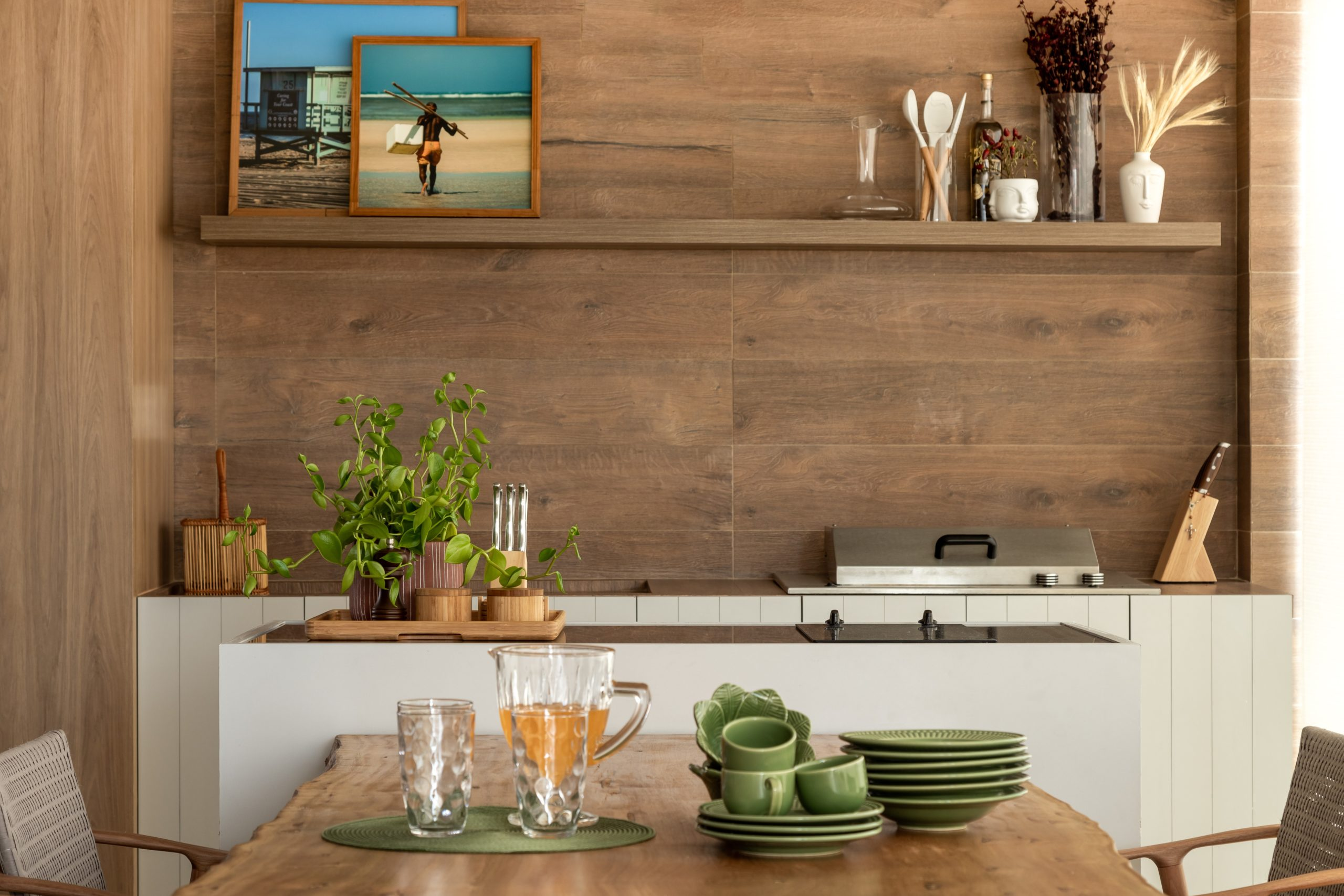 Modelo de churrasqueiras a bafo na cozinha moderna e revestimento de madeira.