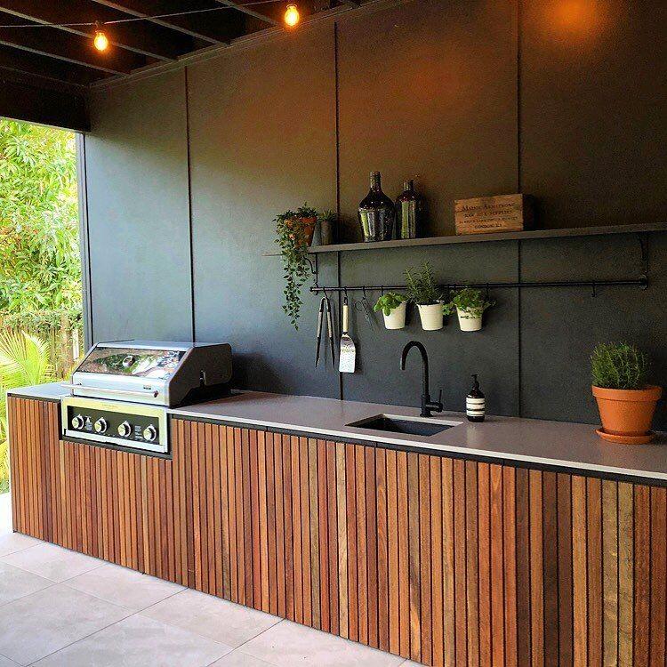 Modelo de churrasqueiras a bafo moderna com armário de madeira.