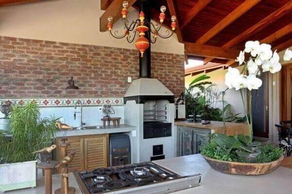 Modelo de churrasqueiras rústica com azulejo de tijolinho.