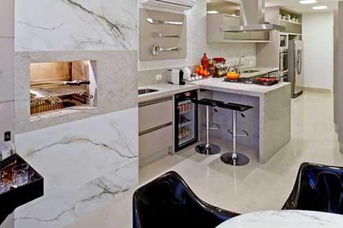 Cozinha moderna com churrasqueira pré-moldada.