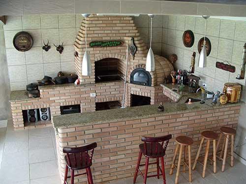 Modelo de churrasqueira de alvenaria com bancada de granito.