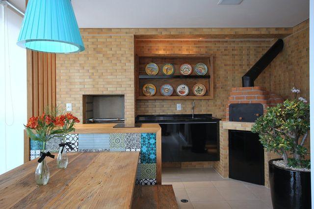 Modelo de churrasqueira pré-moldada e decoração rústica.