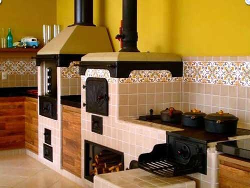 Modelo de churrasqueira de alvenaria com acabamento de azulejo.