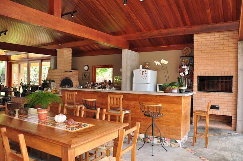 Modelo de churrasqueira de alvenaria e decoração rústica e simples.