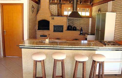 Modelo de churrasqueira de alvenaria simples com bancada de granito.