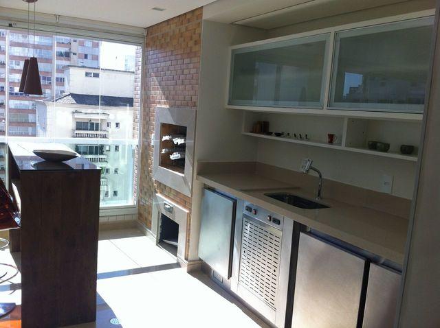 Varanda gourmet moderna com armário de aço.