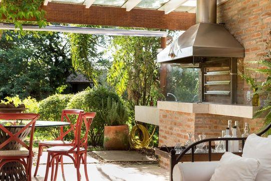 Área externa decorada com sofá e mesa.