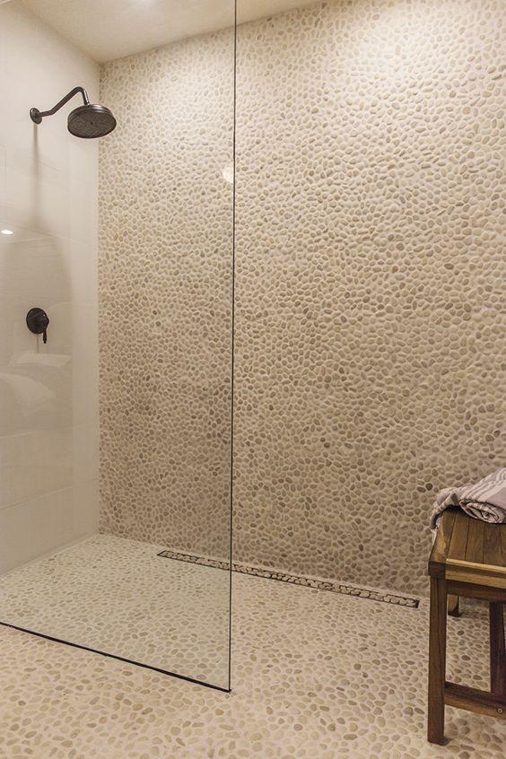 parede texturizada com placas de pedrinhas
