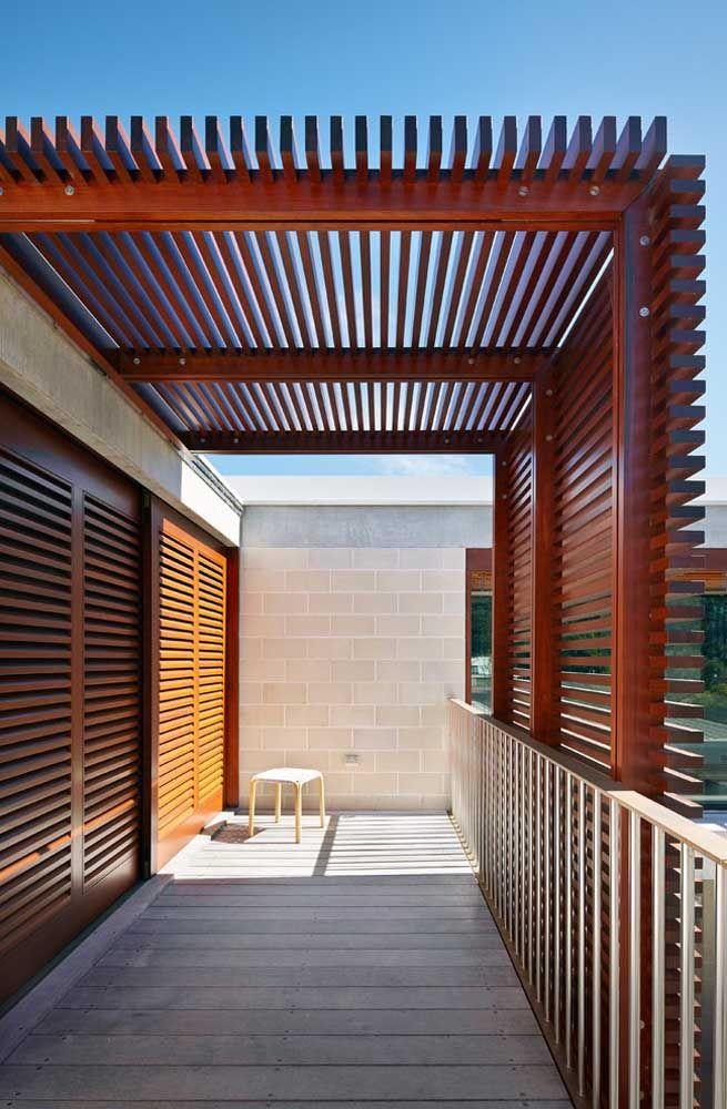 Pergolado com madeira combinando com a porta.