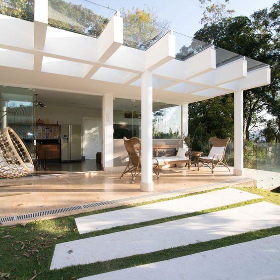 Casa decorada na cor branca.