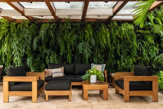 Sala de estar com parede inteira de plantas.