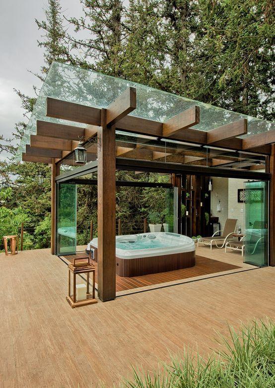 Área externa com banheira de hidromassagem.
