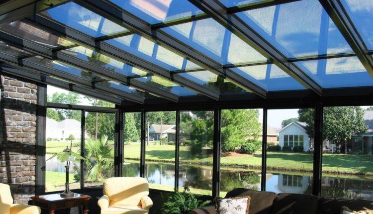 Sala de estra com teto e paredes de vidro.