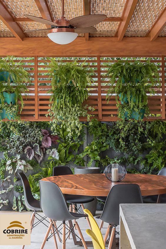 Sala de jantar com mesa redonda e cadeiras cinzas.