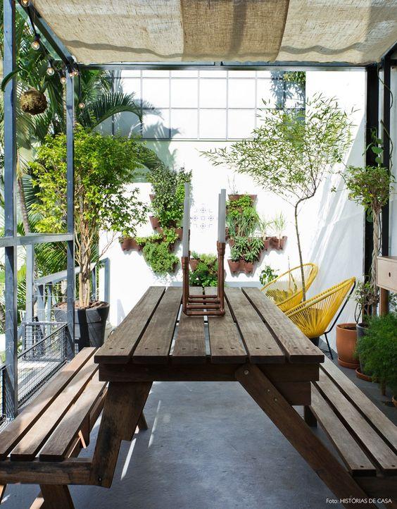 Pequena área de lazer com plantas e velas.