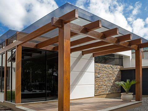 Casa com fachada com pergodado com vidro.