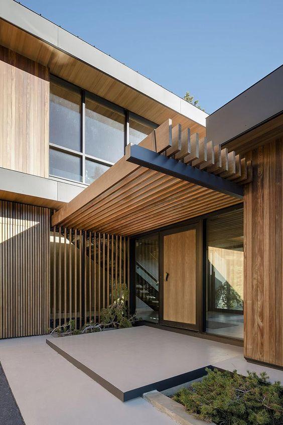 Casa de madeira com pergolados.