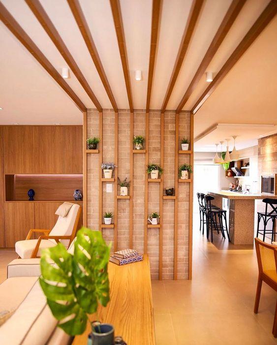 Pergoladosna sala com vasos de plantas.