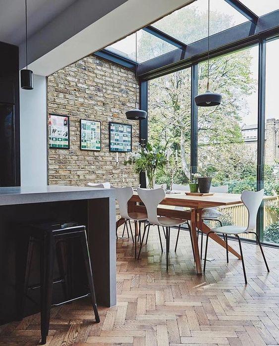 Sala de jantar com pergolados com vidro.
