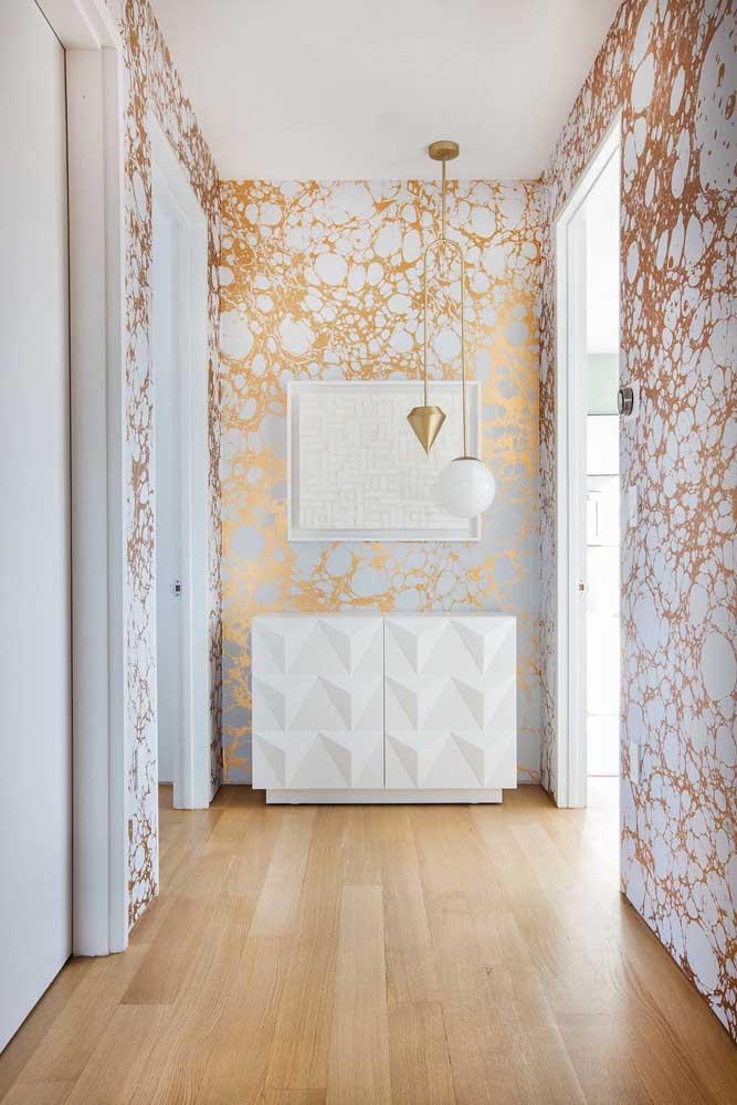 Corredor com papel de parede estampado e piso vinílico.