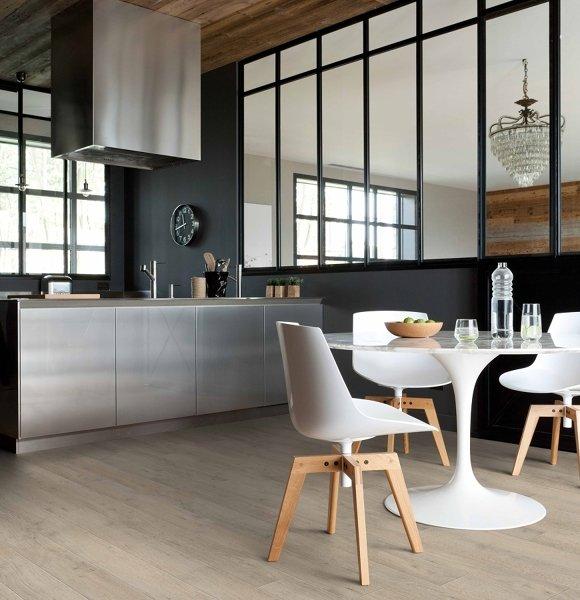 Cozinha americana moderna com piso vinílico.