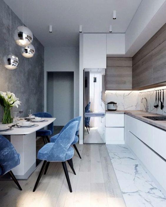 Cozinha pequena aberta integrada com sala de jantar moderna.