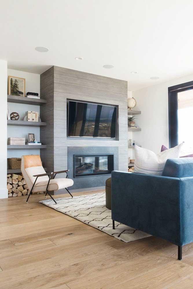 Sala estar rústica e moderna com piso vinílico.