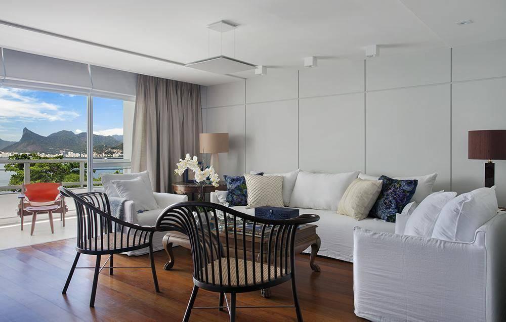 Sala de estar com decoração clean e piso vinílico.