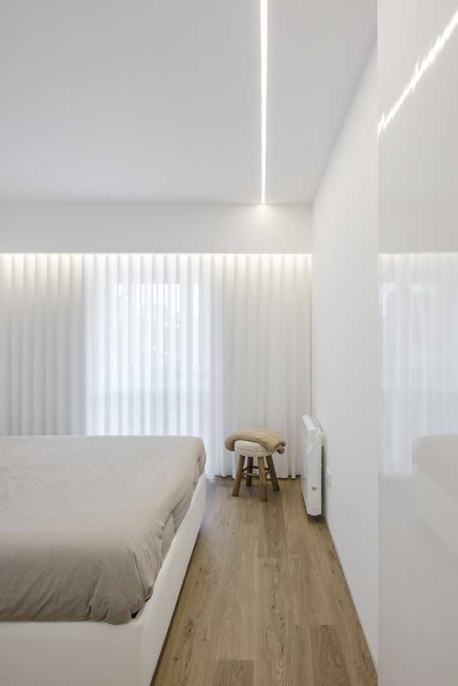 Quarto minimalista com piso vinílico.