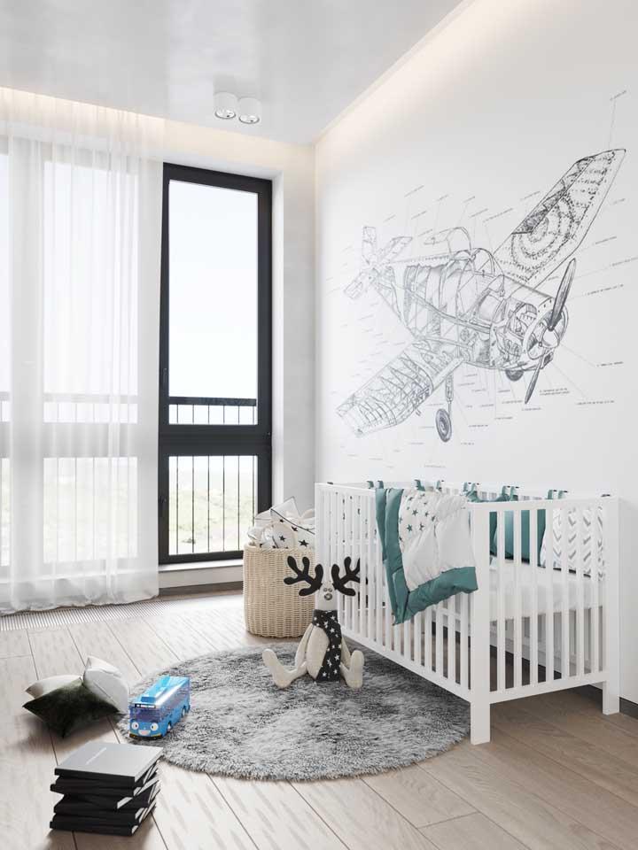 Quarto de bebê branco com adesivo de avião.