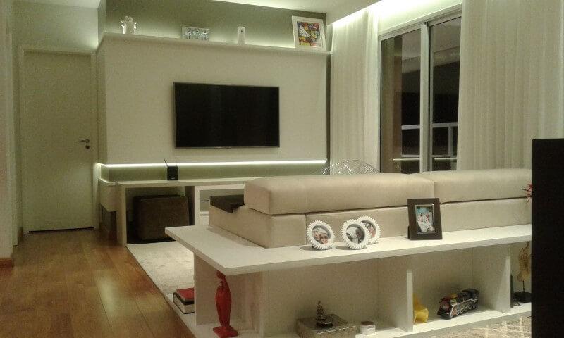 Sala de estar simples com piso vinílico.