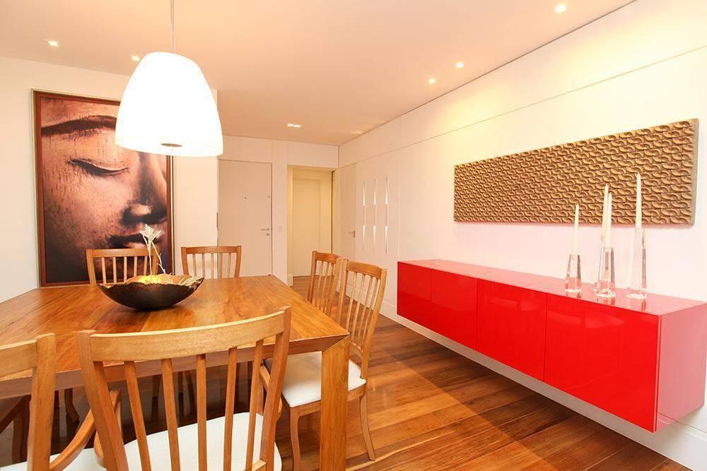 Sala de estar com mesa de madeira e piso vinílico.