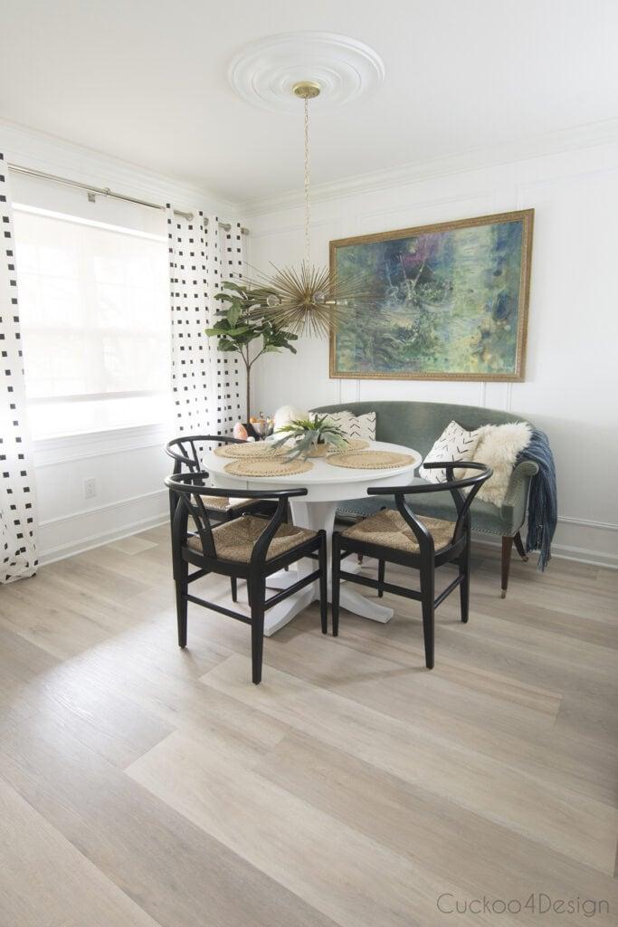Sala de jantar moderna e clean com piso vinílico.