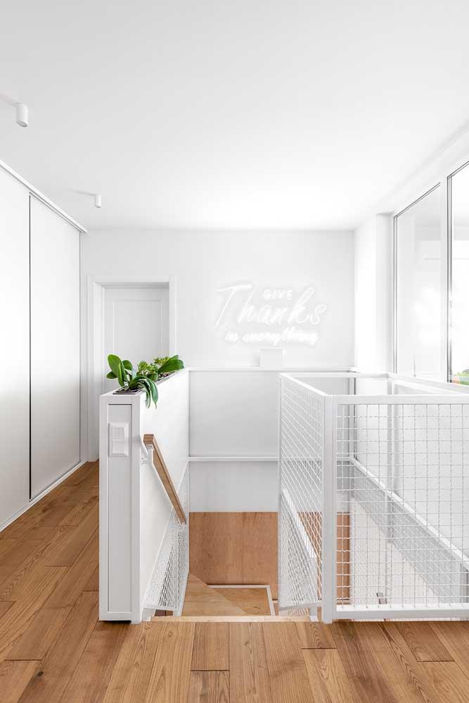 Casa decorada branca com piso vinílico.
